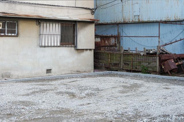 古い建物に囲まれた土地
